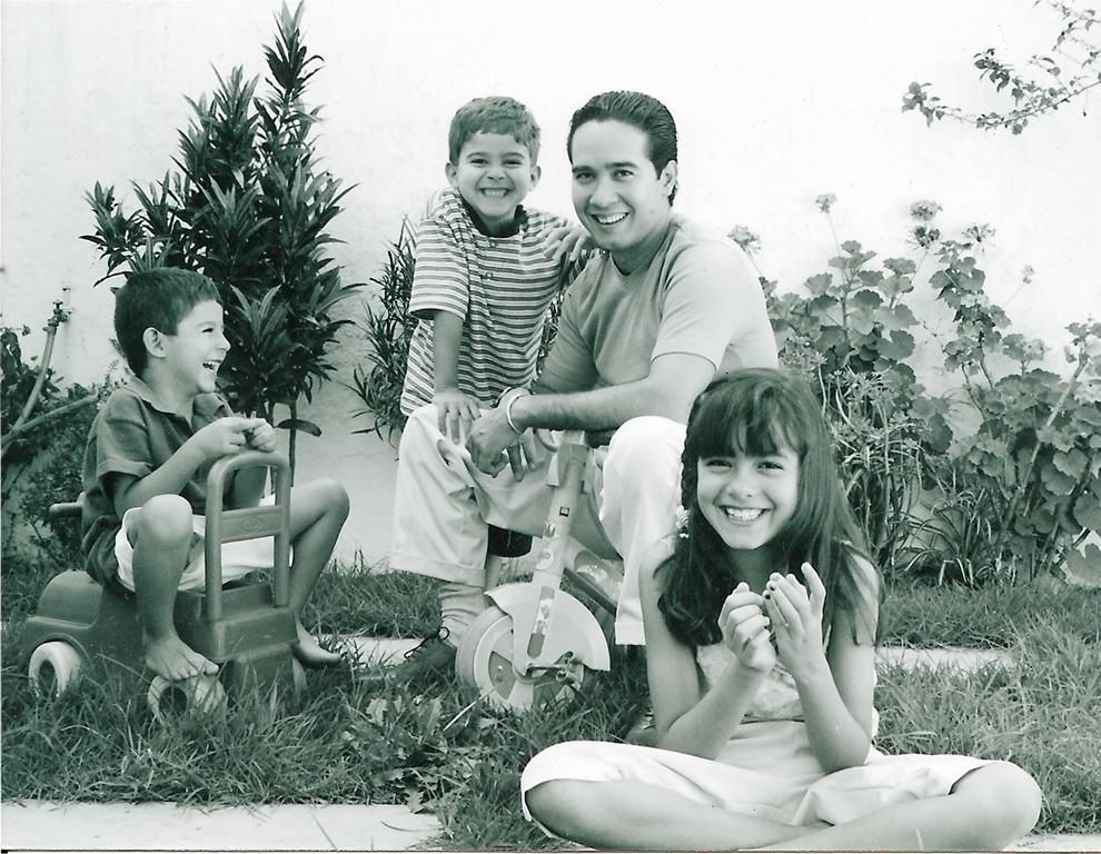 Carlos Luna with his three children, Camila, Carlos, and Cristobal, Puebla, Mexico 2001