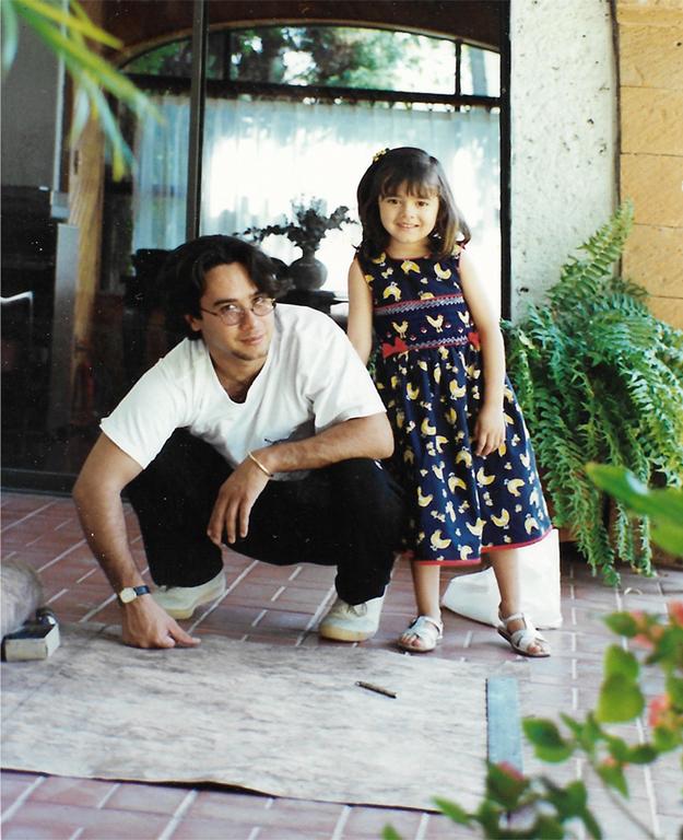 Carlos Luna y su hija Camila frente a un papel amate, Atlixco, México, 1997