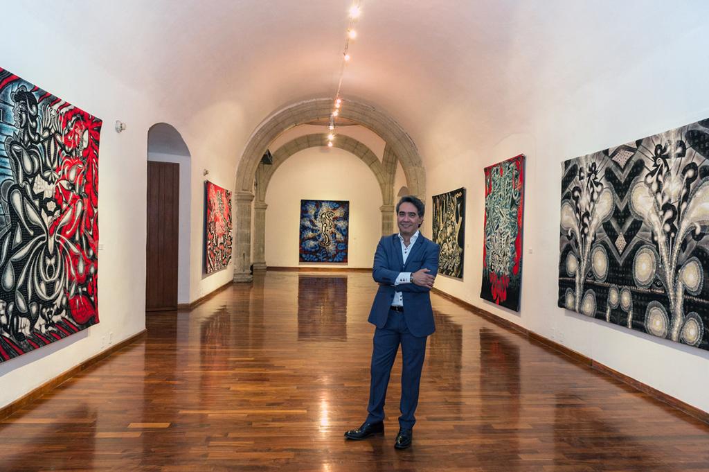 Carlos Luna en su exhibición Green Machine: The Art of Carlos Luna; Museo de los Pintores Oaxaqueños, Oaxaca, México, 2016